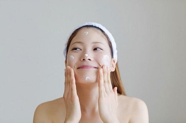Sử dụng kem dưỡng ẩm để cung cấp độ ẩm cho da