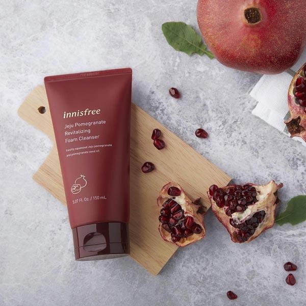 4/ Sữa Rửa Mặt Lựu Đỏ Làm Sáng Da Innisfree Jeju Pomegranate Revitalizing Foam Cleanser 150ml