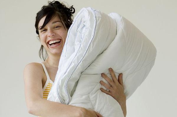 Cần nên giặt chăn gối 1 tuần 1 lần để loại bỏ vi khuẩn gây mụn