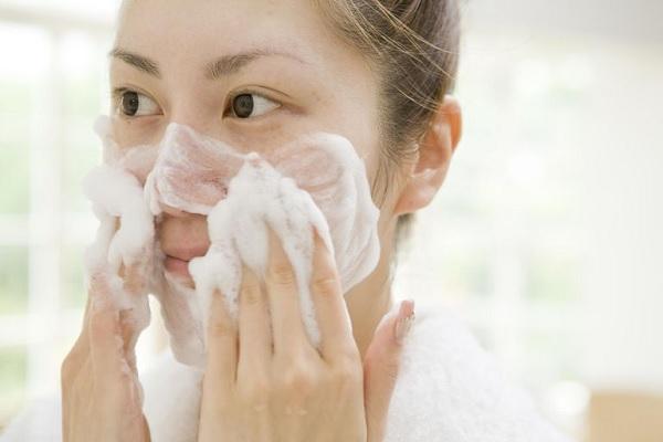 Sử dụng sữa rửa mặt để phân biệt loại da