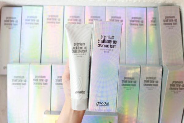 Sữa Rửa Mặt Làm Trắng Da Từ Ốc Sên Và Ngọc Trai Goodal Premium Snail Tone-Up Cleansing Foam