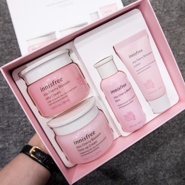 Bộ Dưỡng Ẩm Và Nâng Tông Da Trắng Sáng Innisfree Jeju Cherry Blossom Cream Duo Set (4 Sản Phẩm)