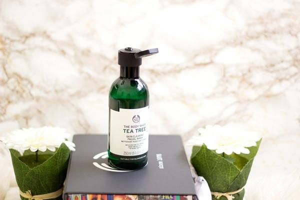 Sữa Rửa Mặt Dạng Gel Làm Sạch Sâu Giảm nhờn The Body Shop Tea Tree Skin Clearing Facial Wash